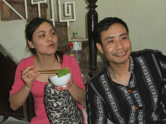 Hanoi Family Homestay: The owners in the lobby