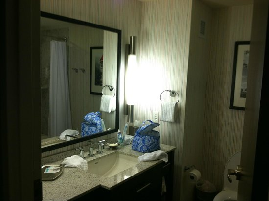 Six South St Hotel: bathroom