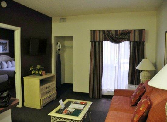 Quality Suites Lake Buena Vista: Wohnzimmer mit Küchenzeile