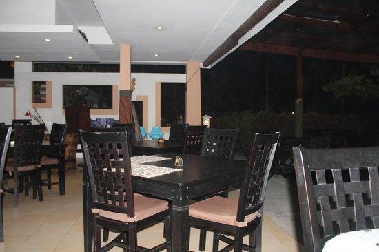 Legong Keraton Beach Hotel: РЕСТОРАН