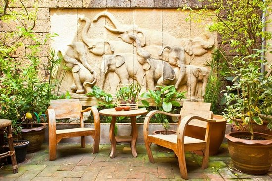 Cool Guesthouse: The Patio and fountain
