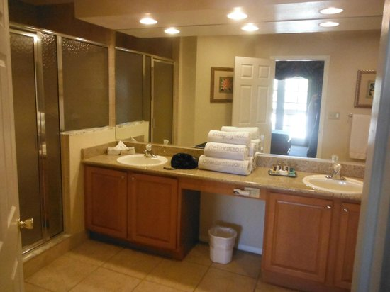 Polynesian Isles Resort: Master bathroom