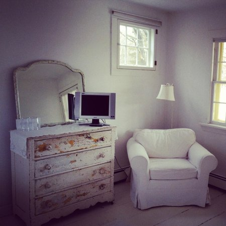 Woodstock Country Inn: White bedroom