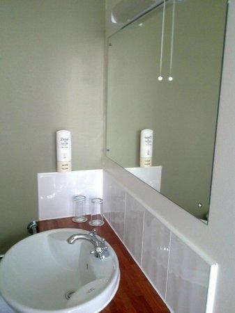 The Broadway Hotel: Broadway Hotel - Bathroom