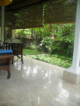 Laghawa Beach Inn: beautiful verandah & lily pond Villa H