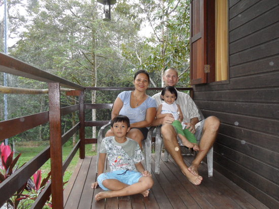 Kurakura Homestay: The hosts with Froya and Jangu