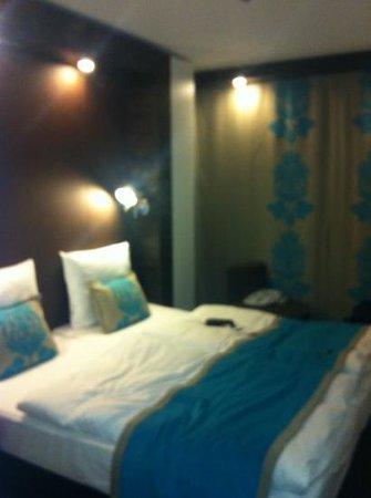 Motel One Hamburg Airport: unser Zimmer! gemütlich und sauber