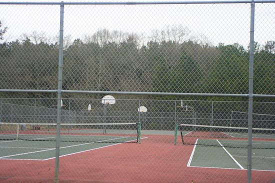 Fort Yargo State Park: Basketball and tennis courts