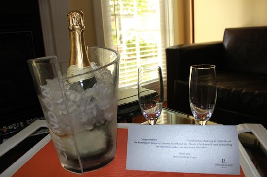 The Lodge at Sonoma Renaissance Resort & Spa: Chilled Champagne waiting for us upon entering our room
