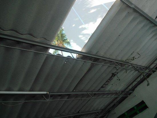 Sands Acapulco Hotel & Bungalows: techo de lámina del estacionamiento