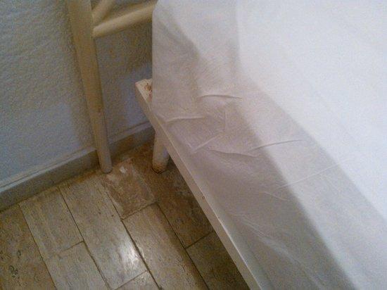 Sands Acapulco Hotel & Bungalows: cama de fierro oxidada
