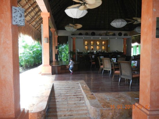 Iberostar Quetzal Playacar: Bar cercano a recepción