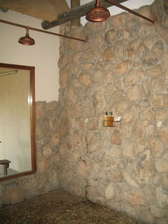 Lions Valley Lodge: indoor and outdoor showers