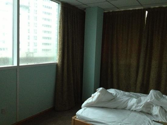 The Big Sleep Hotel Cardiff by Compass Hospitality: awful curtains and windows that don't open!