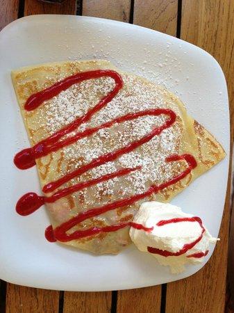 Cafe des Amis: Kula strawberries and cream crepe