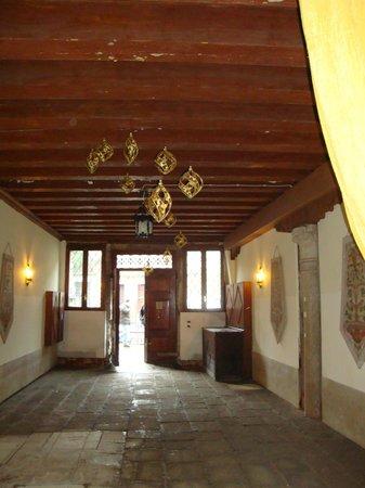 Palazzo Odoni: Durchgang zum Hotel