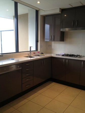 Meriton Suites George Street, Parramatta: kitchen