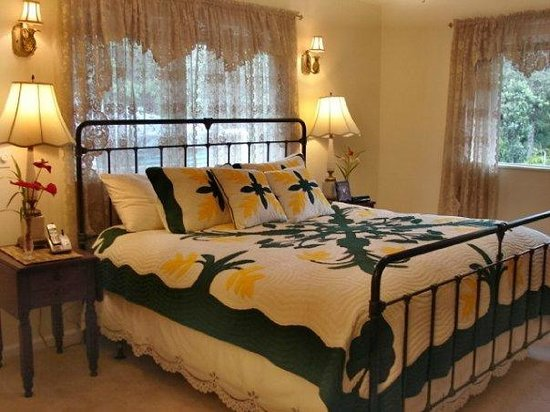 Ohia Plantation House : Master Bedroom with King size Bed