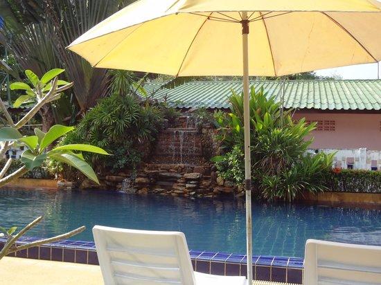 جاردين ريزورت: La cascade de la piscine