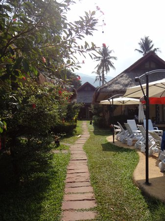 Garden Resort: Le chemin pour aller aux bungalows