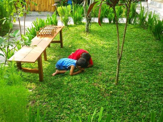 Ressa Homestay: 中庭で遊ぶオーナー夫妻の子供たち