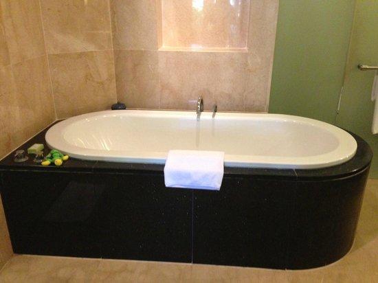 Conrad Bali: Large bath