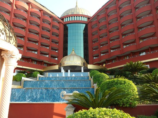 Delphin Palace Hotel: Front view from road