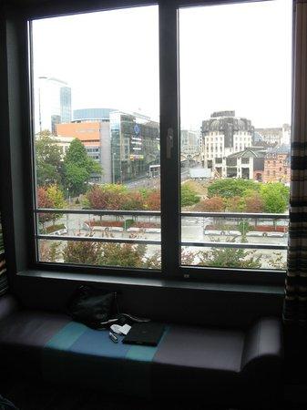 Aloft Brussels Schuman Hotel: visione di parte della piazza dal finestrone