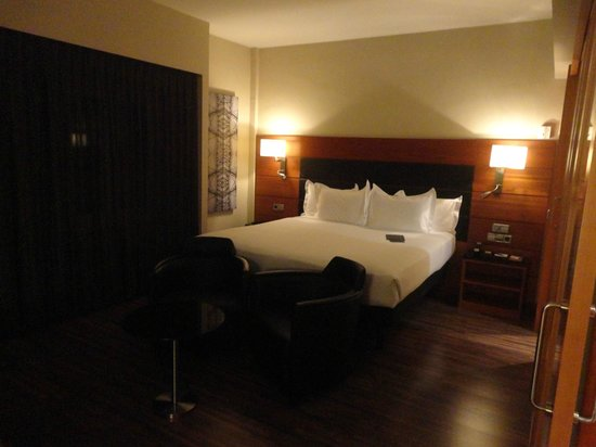 AC Hotel Carlton Madrid : huge room and bed