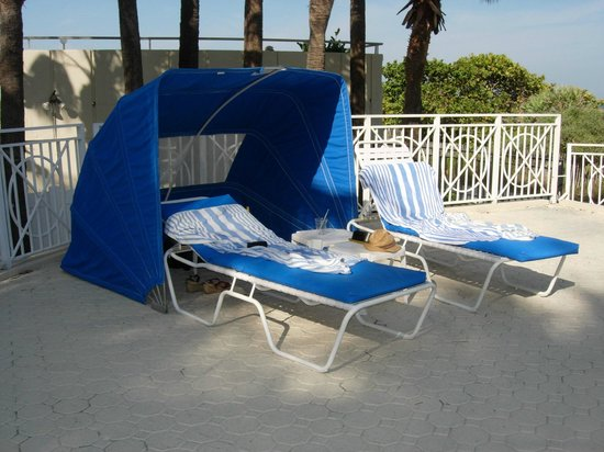 The Savoy Hotel & Beach Club: Slightly dated sun loungers