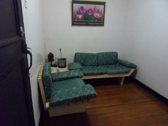 Makati Apartelle: Sofa near the entrance to the room