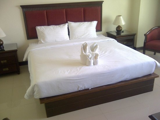 The New Eurostar Jomtien Beach Hotel & Spa: King-size bed in Superior room