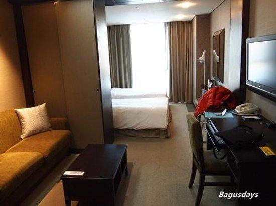 Haeundae Centum Hotel: 便利な縦長レイアウト(バスルームの方からベットを見た感じです)