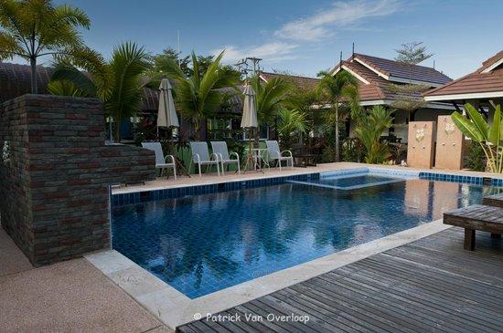 Baan Soontree Resort: Vue on swimming pool and garden