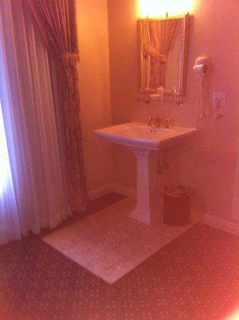 Peery Hotel: Le lavabo dans la chambre