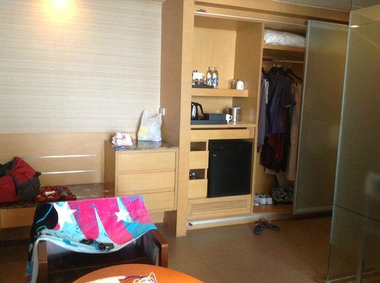 Anantara Sathorn Bangkok Hotel: Room looking at fridge area