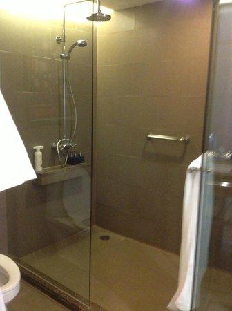 Anantara Sathorn Bangkok Hotel: Shower area