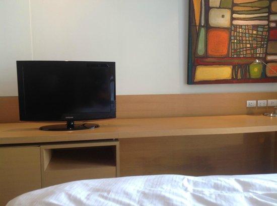 Anantara Sathorn Bangkok Hotel: TV and work bench opposite the bed