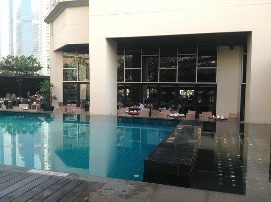 Anantara Sathorn Bangkok Hotel: pool area