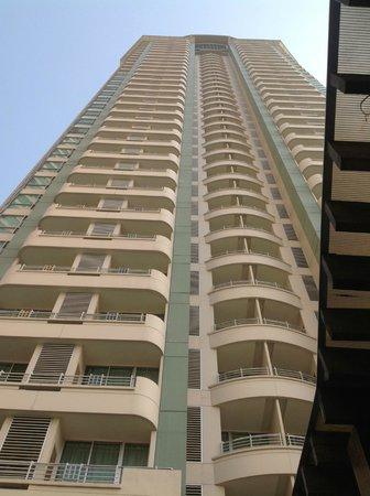Anantara Sathorn Bangkok Hotel: Looking up