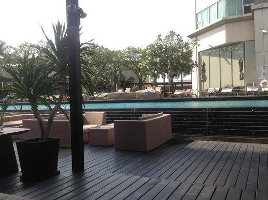 Anantara Sathorn Bangkok Hotel: Pool and eating area