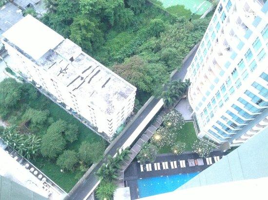Anantara Sathorn Bangkok Hotel: Looking down to pool area from 23rd floor