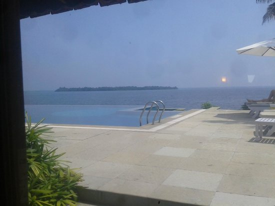 Lemon Tree Vembanad Lake Resort: Infinity Pool