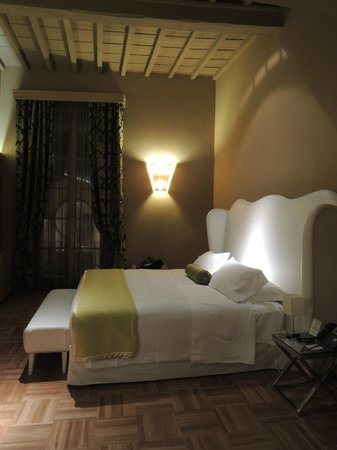 Firenze Number Nine Wellness Hotel: very high ceiling gorgeous room