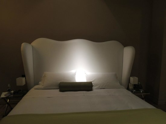 Firenze Number Nine Wellness Hotel: king size bed - really comfortable, quality sheets, nice pillows