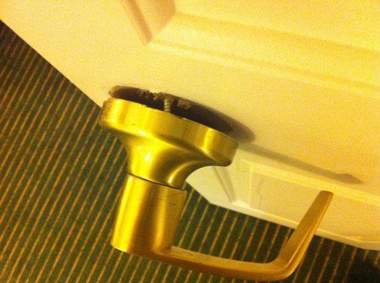 Homewood Suites by Hilton Boston - Billerica: Broken door handle