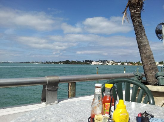 Shuckers Dockside Bar & Grill: Great view!