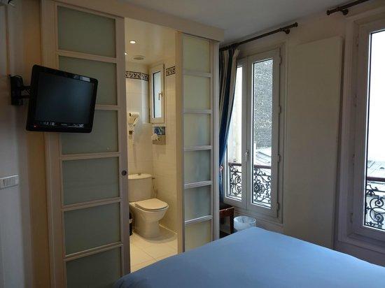 Hotel Atlantis Saint-Germain-des-Pres : view of bathroom from bed