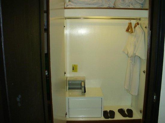 Andakira Hotel: Closet , safe box
