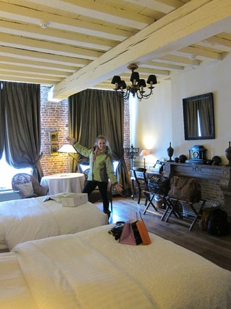 Hotel De Tuilerieen: Our lovely spacious room.